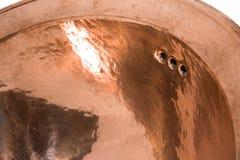 Détail de l'évier rond de cuivre Évier d'en cuivre de Brown dans le rétro style Évier antique pour la maison Macro tir Image libre de droits