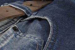 Détail de la ceinture en cuir sur blues-jean Image libre de droits