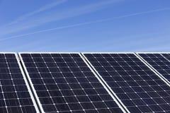 Détail de la centrale solaire avec le ciel bleu photographie stock