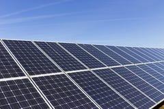 Détail de la centrale solaire avec le ciel bleu photographie stock libre de droits
