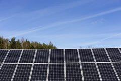 Détail de la centrale solaire avec le ciel bleu photos libres de droits