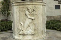 Détail de la décoration du puits d'eau antique images libres de droits