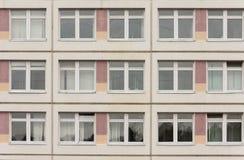 Détail de la façade avec des établissements de public de Windows Photographie stock