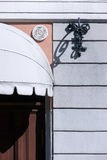 Détail de la façade d'une vieille maison avec une porte Photographie stock