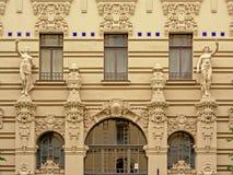 Détail de la façade de l'art déco buildlding avec des statues des femmes et des visages criards d'homme Images libres de droits