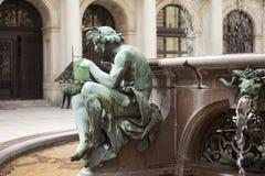 Détail de la fontaine dans l'hôtel de ville de Hambourg Image libre de droits