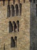 Détail de la maçonnerie en pierre romane avec les fenêtres arquées typiques, République Tchèque d'architecture médiévale Image stock