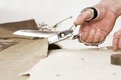 Détail de la main du tailleur avec des ciseaux Image libre de droits