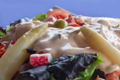 Détail de la salade végétale avec l'asperge, la sauce et l'olive Photos libres de droits