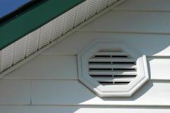 Détail de la voie de garage en aluminium blanche, du conduit blanc de vinyle, du soffite blanc et de la fasce vert-foncé image libre de droits