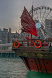 Détail de la voile d'un bateau rouge traditionnel d'ordure Image libre de droits