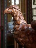 Détail de lutrin découpé d'aigle dans l'église médiévale Image stock