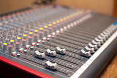 Détail de mélangeur de studio de musique Photos stock