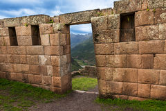 Détail de maçonnerie d'Inca de mur et de porte chez Pisac, Pérou Photo libre de droits