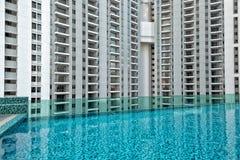 Détail de nouvelle résidence résidentielle, pas encore occupé, avec la piscine dans le premier plan photos libres de droits