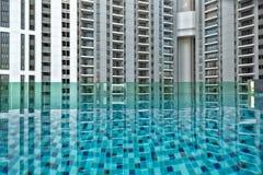Détail de nouvelle résidence résidentielle, pas encore occupé, avec la piscine dans le premier plan images libres de droits