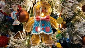 Détail de pain d'épice sur l'arbre de Noël avec d'autres décorations Photos stock