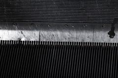 Détail de peigne d'un ascenseur fortement utilisé de métro photos libres de droits