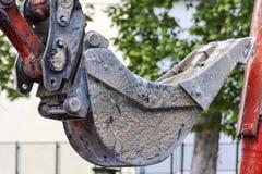 Détail de pelle au ` s d'excavatrice dans le chantier de construction image libre de droits