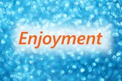 Détail de plaisir de mot sur un fond bleu brouillé brillant photo stock