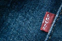 Détail de plan rapproché d'étiquette rouge du ` s de Lévi sur des jeans du ` s de Lévi Photographie stock libre de droits