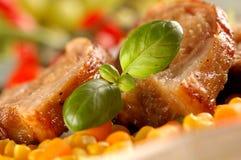 Détail de porc grillé avec des herbes Images stock