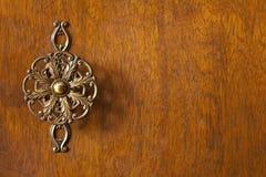 Détail de porte de garde-robe avec le bouton décoratif image libre de droits