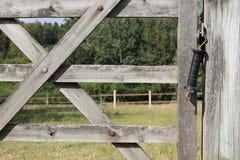 Détail de pré de cheval et de barrière en bois photographie stock libre de droits