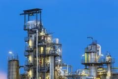 Détail de raffinerie de pétrole la nuit Photo stock