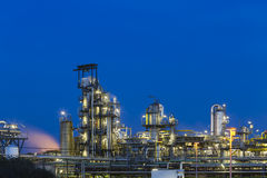 Détail de raffinerie de pétrole la nuit Photo libre de droits
