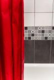 Détail de rideau rouge d'une salle de bains Photographie stock libre de droits