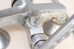 Détail de robinet avec l'échelle de limescale ou de chaux là-dessus, de robinet de mélangeur calcifié et rouillé sale de douche,  photographie stock