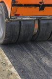 Détail de rouleau de route pendant les travaux de raccordement 4 d'asphalte image libre de droits
