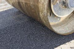 Détail de rouleau de route pendant les travaux de raccordement d'asphalte photo libre de droits