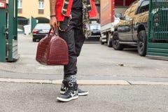 Détail de sac et chaussures en dehors de bui de défilé de mode de Laura Biagiotti Photographie stock