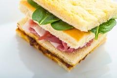 Détail de sandwich à pain grillé avec du jambon, le fromage et l'oeuf du plat blanc Images libres de droits