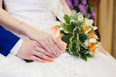 Détail de se tenir de bouquet et de mains de roses du ` s de jeune mariée Photo stock