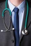Détail de stéthoscope de docteur Wearing Suit With autour de cou photo libre de droits