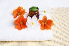 Détail de station thermale. Essuie-main et fleurs avec des pierres Photos libres de droits