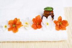 Détail de station thermale. Essuie-main et fleurs avec des pierres Photographie stock