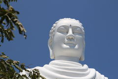 Détail de statue se reposante blanche géante de Bouddha chez Hai Duc Pagoda près de longue pagoda de fils, Nha Trang Vietnam photos stock