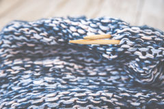 Détail de texture de laine tissée de conception de knit de travail manuel et d'aiguille en bambou de tricotage Rétro modifié la t Photo stock