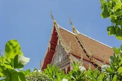 Détail de toit dans un style très fleuri décoré de temple en Thaïlande Photo stock