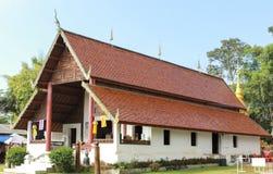 Détail de toit dans un style très fleuri décoré de temple en Thaïlande Photo libre de droits