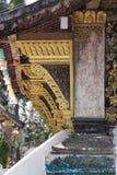 Détail de toit et de mur de temple dans le Laotien Photo libre de droits