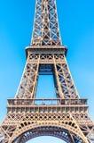 Détail de Tour Eiffel contre le ciel bleu photo stock