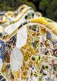 Détail de travail de mosaïque coloré sur la terrasse principale du parc Guell En 1984 l'UNESCO a déclaré le parc un site de patri Photos stock