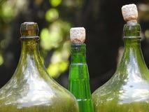 Détail de trois bouteilles en verre, avec des bouchons de liège photos stock