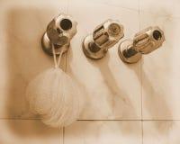 Détail de trois robinets dans le bain Photos libres de droits