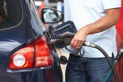Détail de véhicule remplissant d'automobiliste mâle avec le diesel Images stock